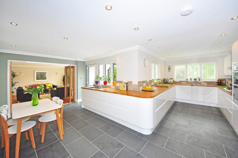 Carreaux ou planché, que choisir pour votre sol de maison?